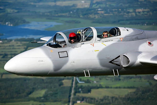 Flight training for pilots in the L-29 Delfin